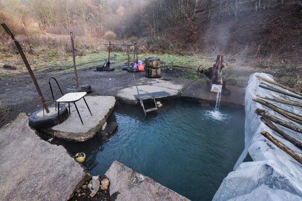 Termálny prameň v Lukavici využívajú na rekreáciu miestni aj turisti.