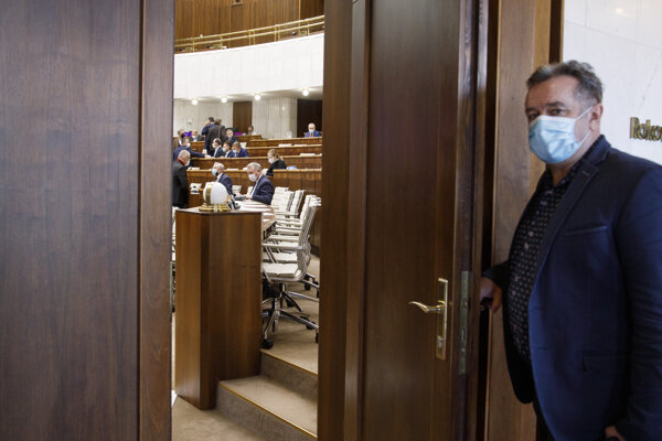 Poslanec za hnutie OBYČAJNÍ ĽUDIA a nezávislé osobnosti (OĽANO) Jozef Pročko (vpravo) pred začatím rokovania.