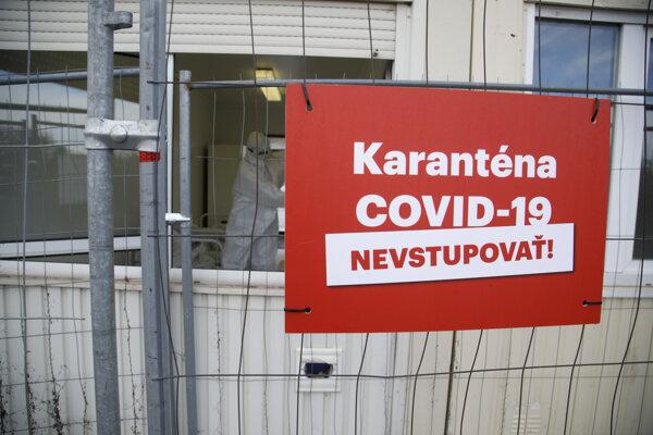 Karanténne mestečko pre ľudí bez domova s potvrdeným ochorením COVID-19 v bývalej nocľahárni Mea Culpa vo Vrakuni.