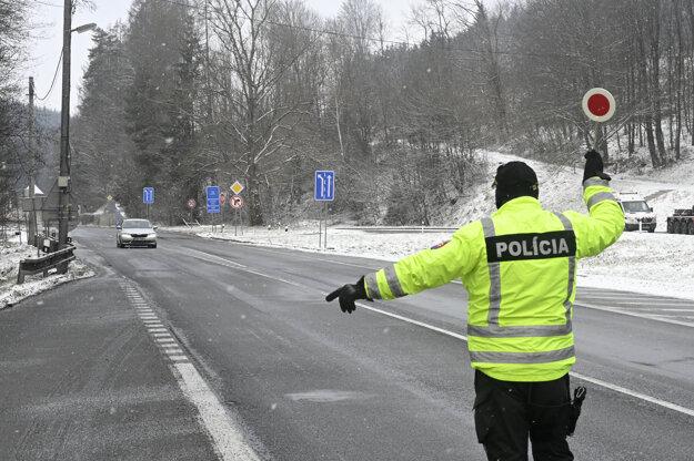 Polícia kontroluje dodržiavanie opatrení na hraničnom priechode v obci Drietoma.