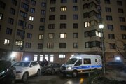 Policajné auto pred budovou, kde má byt aj Navaľnyj.