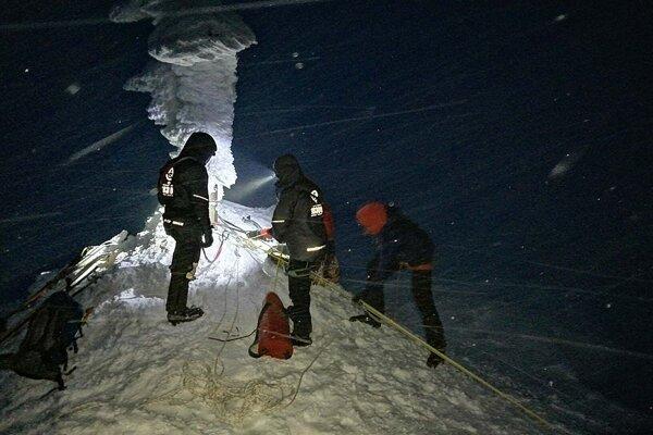 Náročnú záchrannú akciu komplikoval silný vietor aj množstvo nového snehu.