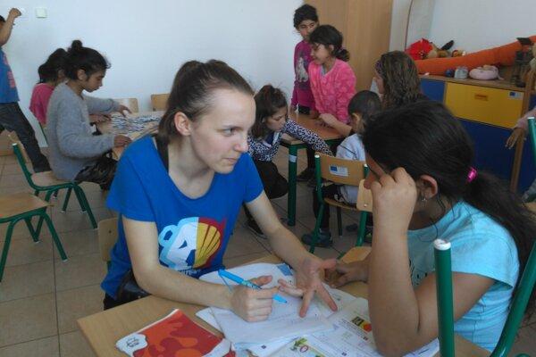 Zuzka pomáha deťom aj s učením do školy.