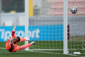 Dobrivoj Rusov inkasuje gól v drese FC Spartak Trnava.
