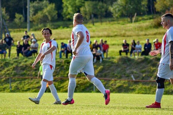 Pavol Jantoš (prvý zľava) v drese Slovana Klokočov.