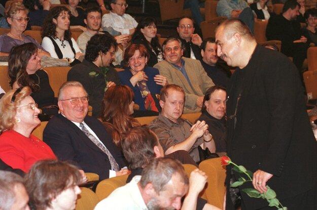 Andy Hryc sa zhovára s bývalým prezidentom SR Michalom Kováčom a jeho manželkou Emíliou.