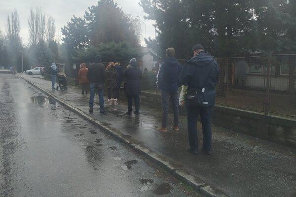 Čakajúci na testovanie pred Centrom voľného času v Zlatých Moravciach.