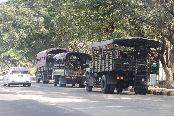 Vojaci v nákladných autách v mjanmarskom hlavnom meste Nepjito.