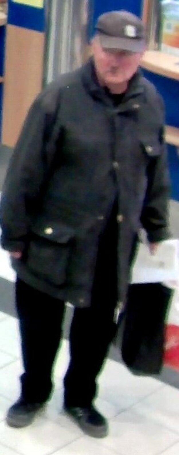 Polícia pátra po tomto mužovi, ktorý by mohol pomôcť pri vyšetrovaní závažnej trestnej činnosti.