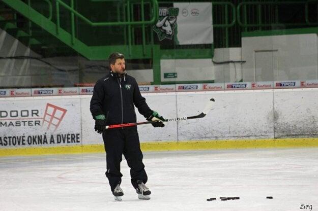 Tréner Gergely Majoros počas tréningu
