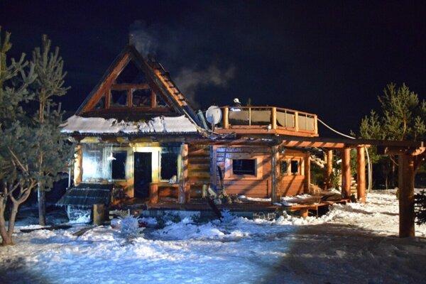 Chata po požiari a uhasení.