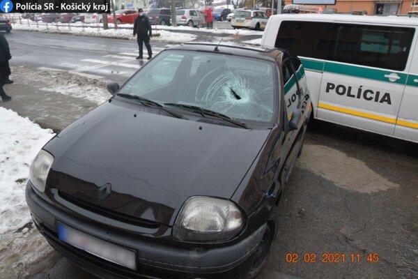 Ženu zachytilo auto pri prechádzaní cez cestu.