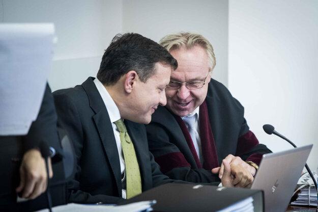Daniel Lipšic počas pojednávania v kauze falšovania televíznych zmeniek na Špecializovanom trestnom súde v Pezinku, júl 2019. Na fotografii spolu s prokurátorom Jánom Šantom.