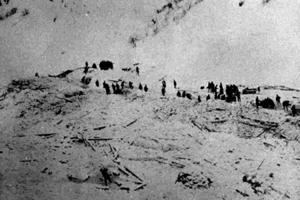 Tragický pohľad po páde lavíny. Biela pláň namiesto osady.