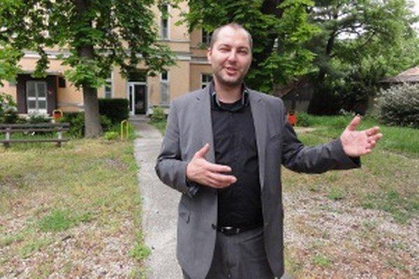 Bývalý riaditeľ Michal Grujbár je možno v zahraničí, hovoria niektoré zdroje. Peniaze sa vyparili počas jeho dvojročného riaditeľovania. Pôsobenie na čele mestskej nemocnice Grujbárovi umožnil primátor Peter Lednár, ktorý vehementne obhajoval Grujbárove k