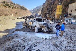 Následky povodne v údolí rieky Dhauliganga.