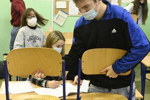 Študenti sa pripravujú na obnovené vyučovanie v jednej z tried Strednej zdravotníckej školy Celestíny Šimurkovej. Trenčiansky samosprávny kraj otvoril stredné školy pre študentov končiacich ročníkov v šiestich z deviatich svojich okresov.