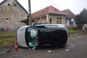 Auto zostalo prevrátené na boku.