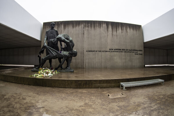 Kvety položené pri pamätníku počas spomienkovej ceremónie pri príležitosti 75. výročia oslobodenia nacistického koncentračného tábora Sachsenhausen.