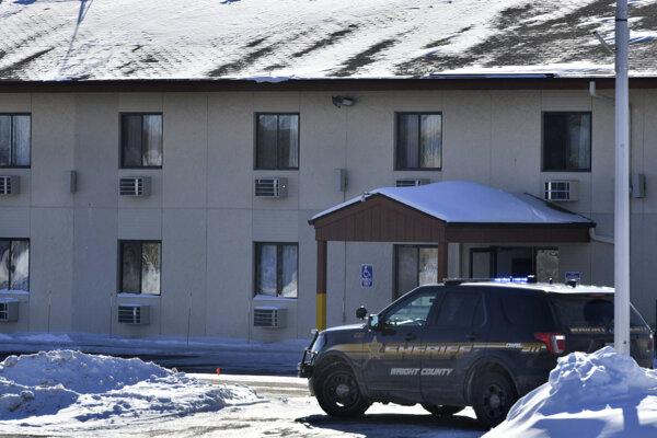 Policajné vozidlo pred budovou Allina Medical Clinic v Buffale.