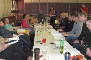 Prvá čítačka hry Sudcove starosti s hercami a režisérom Svetozárom Sprušanským.