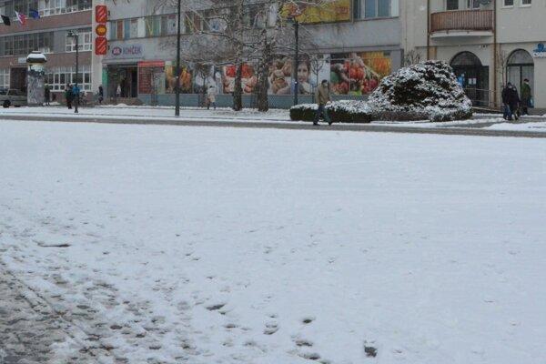 V popoludňajších hodinách má v Topoľčanoch snežiť.