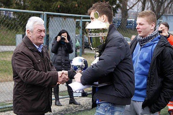 Putovný pohár prevzali z rúk Vladimíra Chlpíka kapitán FC Adam Dunda a Matej Dovičovič.