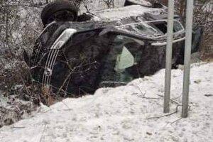 Auto po nehode skončilo v priekope.