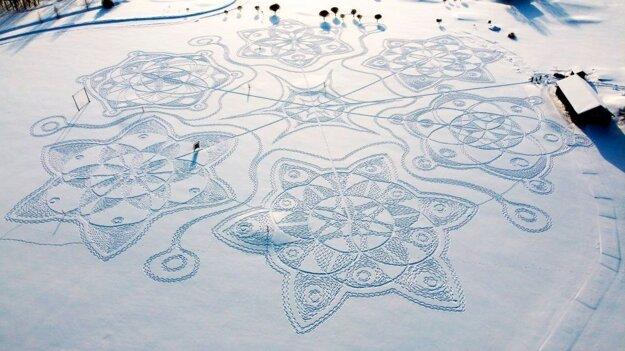 V Helsinkách vychodili v snehu obrazce.