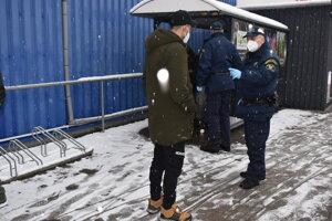 Humenskí mestskí policajti poznajú miesta, kde sa ľudia bez domova zdržiavajú.