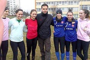 Družstvo dievčat s trénerom Martinom Illéšom.