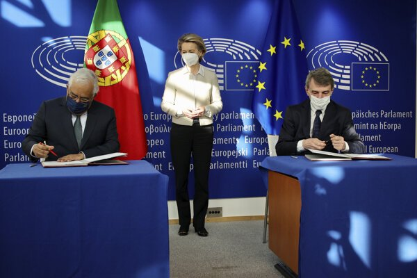 Predseda Európskeho parlamentu David Sassoli (vpravo) a portugalský premiér Antonio Costa ako zástupca predsedníctva EÚ podpisujú za účasti predsedníčky Európskej komisie Ursuly von der Leyenovej program obnovy po koronakríze.