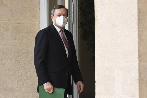 Mario Draghi prichádza do prezidentského paláca v Ríme.