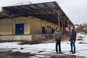 Primátor Hnúšte Roman Lebeda (vpravo) s Miroslavom Porubiakom pri hale, v ktorej čoskoro rozbehne výrobu firma z Heľpy.