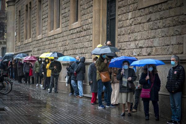 Ľudia v rade do volebnej miestnosti v Barcelone.