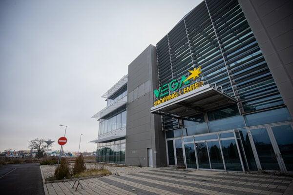 Opustené nákupné centrum Vega Shopping Center v Šamoríne.