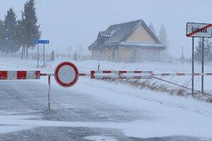 Zaviata a uzatvorená cesta III. triedy medzi Štrbou a Šuňavou v Štrbe. Už je prejazdná.
