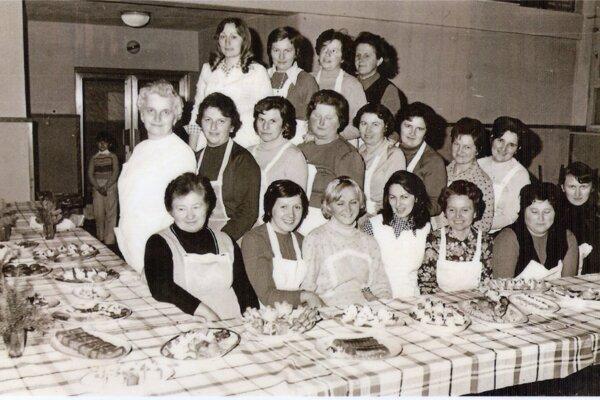 Obľúbené kurzy varenia a pečenia: Prosiecki chlapi a deti mali veľmi starostlivé manželky a matky. V dedine totiž vo veľkom frčali kurzy varenia a pečenia pre ženy. Tie mali naozaj úspech, spod rúk prosieckych gazdiniek vychádzali nielen bruchu ale aj oku lahodiace delikatesy. Fotografia pochádza z roku 1967.