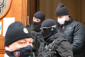 Eskorta odvádza obvineného v rámci akcie Očistec bývalého policajného prezidenta Tibora Gašpara z budovy Špecializovaného trestného súdu.