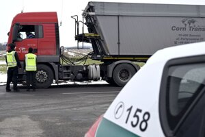 Policajné kontroly na hraničnom priechode s Maďarskom Slovenské Nové Mesto - Sátoraljaújhely.