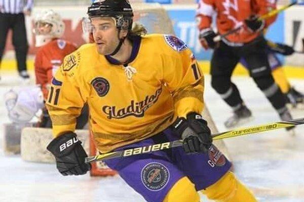 Marcel Škvarka v drese univerzitného tímu Gladiatorov.