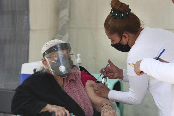 Očkovanie vakcínou AstraZeneca v Mexiku.