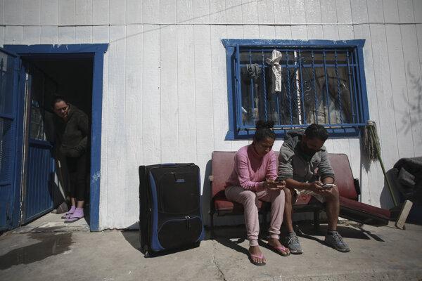 Migranti z Hondurasu čakajú na schválenie žiadosti o azyl v Spojených štátoch.