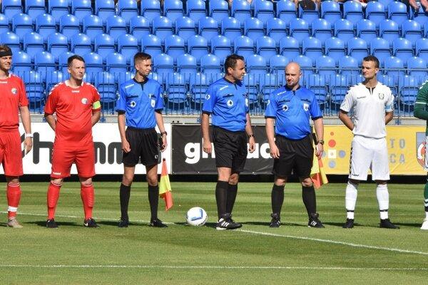 Rozhodca Adrián Šturdík (vľavo) v pozícii asistenta rozhodcu na finálovom zápase Sportika Cup medzi Hlbokým a Rybkami.