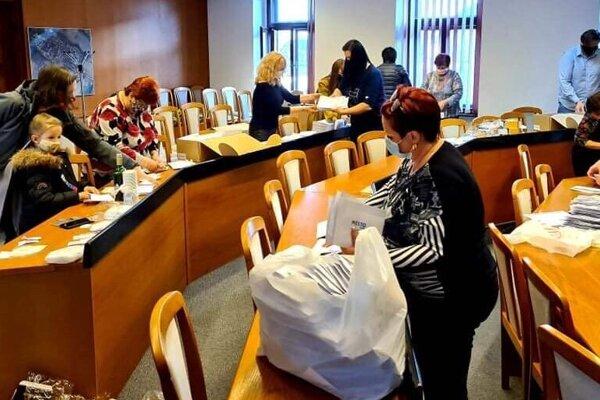 Mesto Topoľčany zakúpilo respirátory pre seniorov.