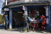 Zraneného muža odviezli do nemocnice.