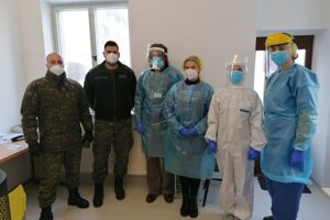 V nemocnici pomáhajú kňazi i armáda.