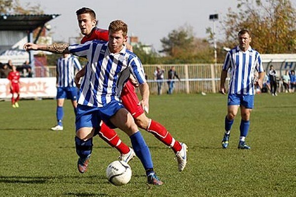 Vedúce dve mužstvá neprehrali ani jeden zápas. Šurany zvíťazili v 13. kole na ihrisku ČFK Nitra 2:0.