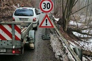 Poškodená cesta pri Obišovciach.