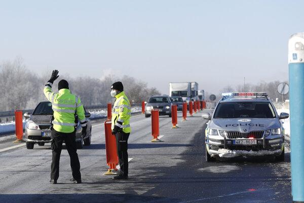 Prísnejšie opatrenia bude v Česku kontrolovať viac policajtov.